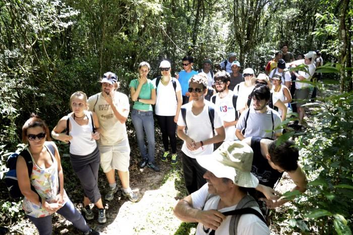 Durante a trilha, participantes recebem informações sobre a Serra do Japi