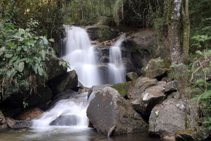 Cena de cachoeira na serra: participação é alvo do cadastramento