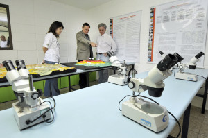Laboratório com microscópios.
